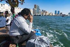 Un venditore ambulante sul Dubai Creek immagine stock