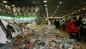 Un venditore dei gioielli nel mercato della seta di Pechino Immagine Stock