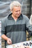 Un venditore del ricordo ai giochi bulgari di Nestenar Fotografia Stock