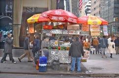 Un venditore della bancarella di hot-dog Immagini Stock Libere da Diritti