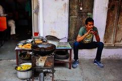 Un venditore di alimento in Pushkar, India Fotografia Stock
