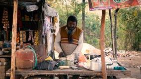 Un venditore locale del tè della via che prepara tè Fotografie Stock