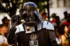Un ventilador de Star Wars vestido como Darth Vader Imágenes de archivo libres de regalías