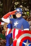 Un ventilatore del libro di fumetti vestito come capitano America Immagine Stock