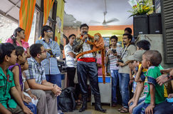 Un ventriloque exécutant un acte pour des enfants Photos libres de droits