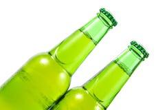 Un verde di due bottiglie di birra Fotografia Stock