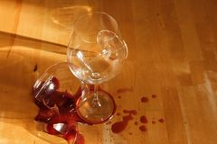 Un verre à vin cassé Image libre de droits