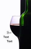 Un verre à vin et une bouteille de vin Photographie stock