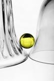 Un verre à vin, un vase en verre et une bille Photo stock