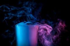 Un verre avec de la fumée colorée images libres de droits
