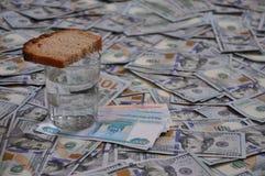 Un verre avec du pain coûte beaucoup d'argent Photos stock