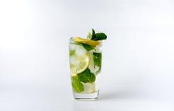 Un verre avec le citron et la glace Photographie stock libre de droits