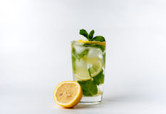 Un verre avec le citron et la glace Image libre de droits
