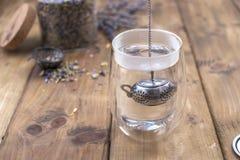 Un verre avec le thé, thé sec dans un pot Fond et espace libre en bois pour le texte ou les cartes , l'espace de copie Photo stock