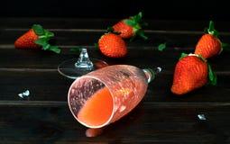 Un verre cassé de cocktail de fraise image libre de droits