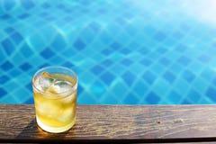 Un verre court de bière de glace à la piscine Image libre de droits