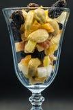 Un verre d'écrous et de fruits secs Image libre de droits