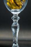 Un verre d'or Photo stock