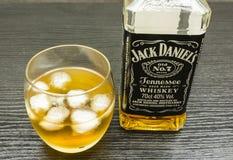Un verre d'alcool avec de la glace Jack Daniel vieux No. du ` s 7 - Tennessee image stock