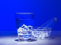 Un verre d'eau glacée fraîche Photos libres de droits