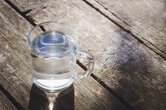 Un verre d'eau propre sur un vieux fond en bois Le concept d'un mode de vie sain photo libre de droits