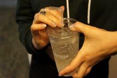 Un verre dans des mains photographie stock libre de droits