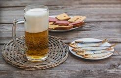 Un verre de bière blonde sur un fond des casse-croûte Foyer sélectif image stock