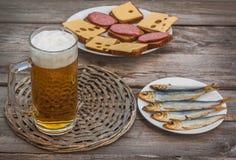 Un verre de bière blonde sur un fond des casse-croûte Foyer sélectif image libre de droits