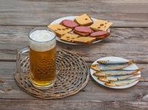Un verre de bière blonde sur un fond des casse-croûte Foyer sélectif photos stock