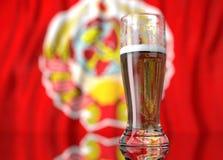 un verre de bière dans l'avant un drapeau d'Union Soviétique rendu de l'illustration 3D Photographie stock
