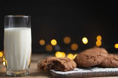 Un verre de biscuits de lait et de chocolat, avec de beaux lumières et concept, l'espace de copie photos libres de droits