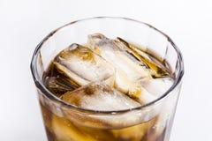 Un verre de boisson froide avec de la glace Image libre de droits