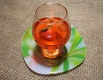 Un verre de boisson rouge Images stock