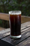 Un verre de café glacé noir Photographie stock