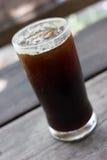 Un verre de café glacé noir Image stock