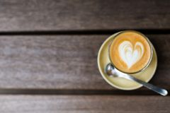 Un verre de cappuccino sur la table images libres de droits