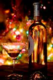Un verre de champagne sur le fond de lumières image libre de droits
