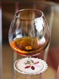 Un verre de cognac sur une table claire sur une serviette blanche photo stock