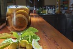 Un verre de genièvre avec le kola photographie stock