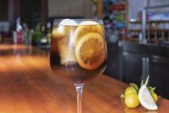 Un verre de genièvre avec le kola images stock