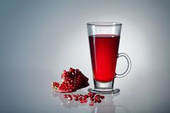 Un verre de jus de grenade Image stock