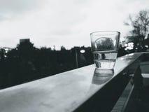 Un verre de l'eau est sur l'étagère, photos stock