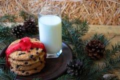 Un verre de lait et de biscuits pour Santa images libres de droits