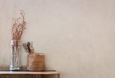 Un verre de Poaceae et de cuillère et fourchette dans un panier sur le blanc cassé b Photographie stock
