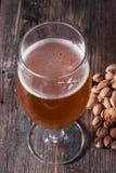 Un verre de régénérer la bière blonde et une poignée dispersée de pist Image libre de droits
