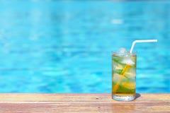 Un verre de thé de glace à la piscine avec le fond de filtre de vintage Photos libres de droits