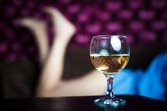 Un verre de vin blanc Photo stock