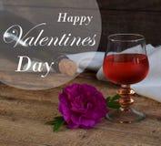 Un verre de vin rouge, bouteille et s'est levé sur la table en bois rustique De Valentine du ` s de jour toujours la vie Carte de Photographie stock