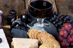 Un verre de vin rouge et d'un casse-croûte Copiez l'espace photographie stock