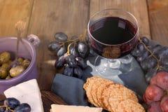 Un verre de vin rouge et d'un casse-croûte Copiez l'espace, images libres de droits